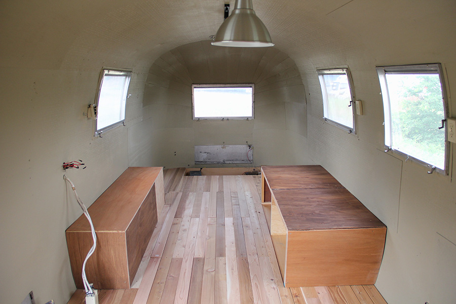 室内は純正品は基本的に外し、床を新品に張り替え、壁も塗装してあります。