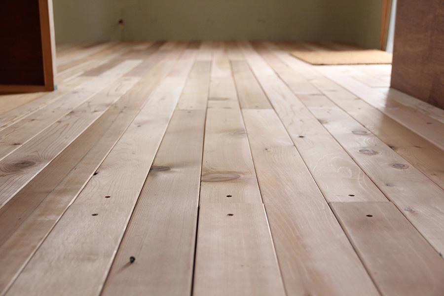 床材は無垢のレッドシダーを贅沢に使用。