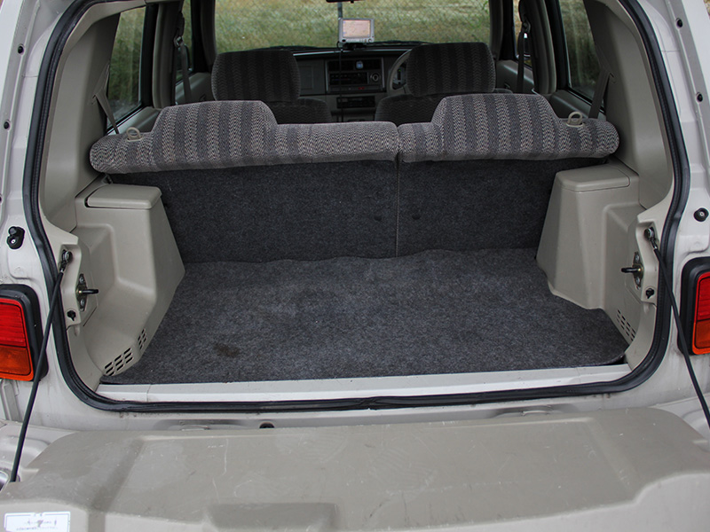 トランクは汚れ・シミが少しあります。